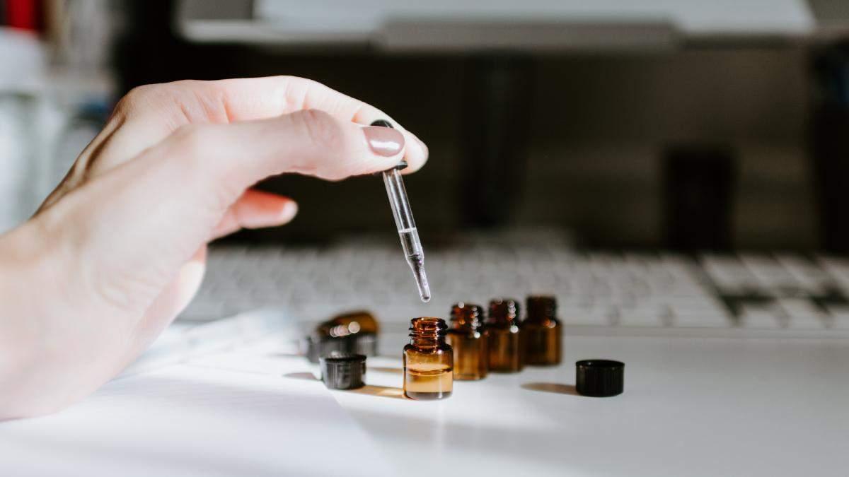 Чи допомагає касторова олія бровам рости швидше: фото