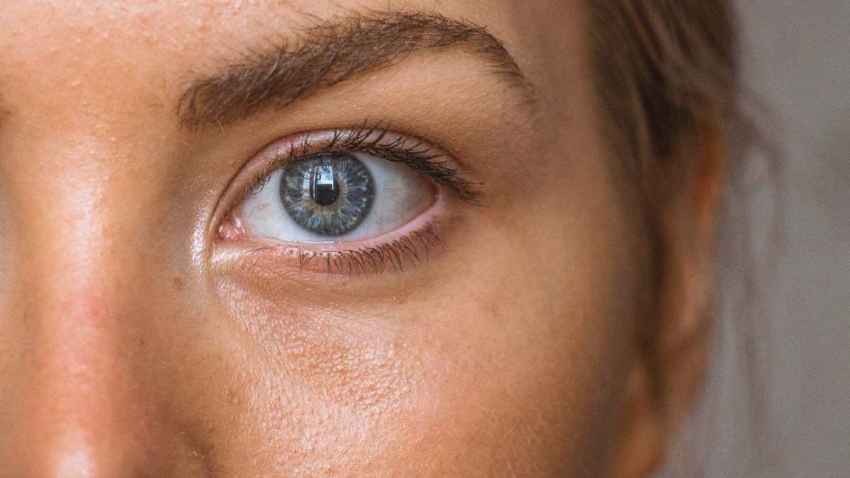 Як доглядати за шкірою навколо очей: зволоження
