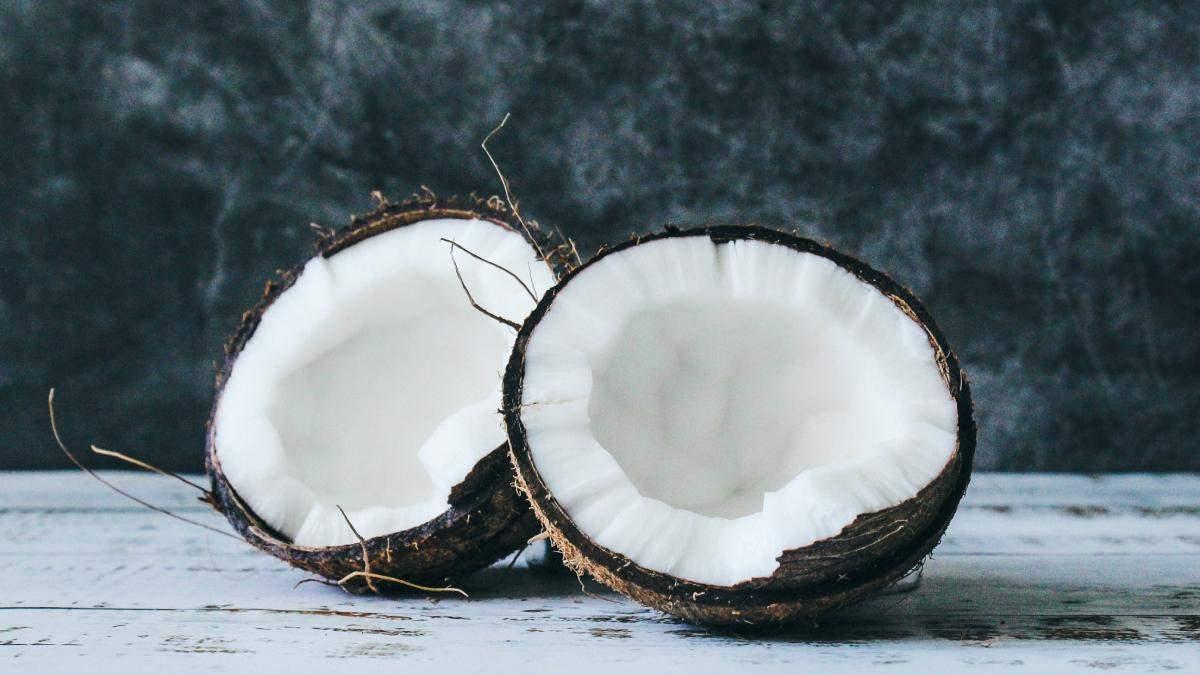 Как избавиться от сухости и шелушения губ: рецепт кокосового скраба