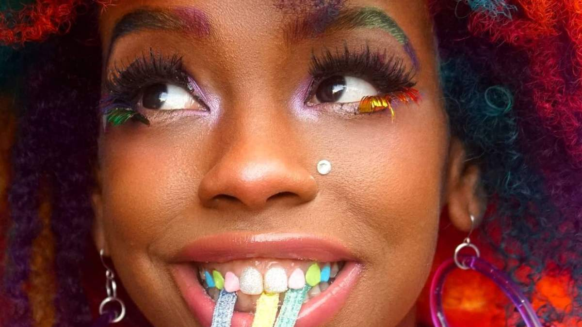 Тренд с инстаграма: украшения и разноцветный лак для зубов
