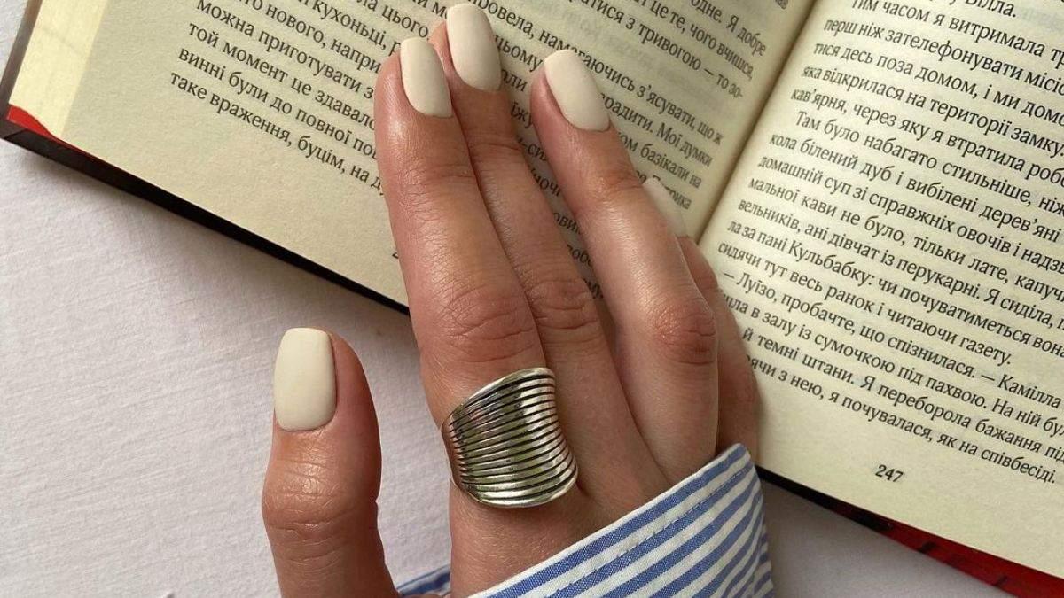 Как комбинировать оттенки лака на ногтях: гармоничный маникюр