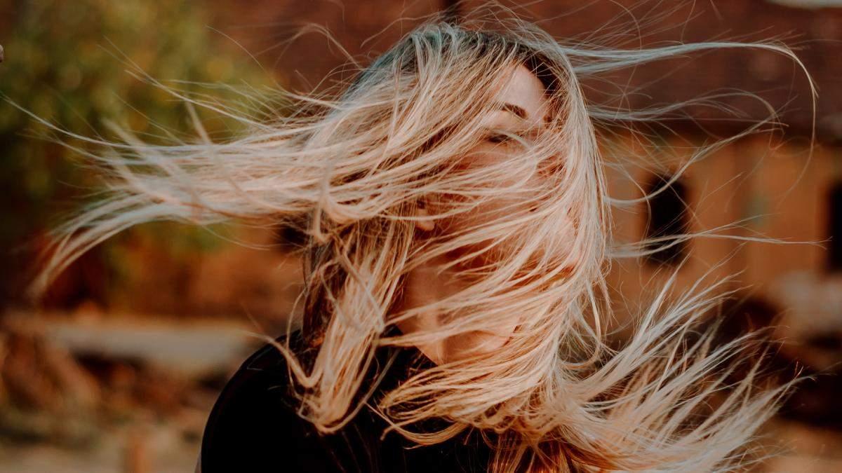 Чому випадає волосся і як це зупинити: поради, які вам знадобляться