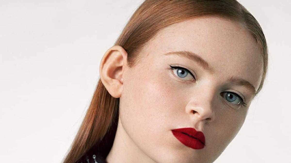 Седи Синк очаровала бьюти-образами в рекламе помады Givenchy