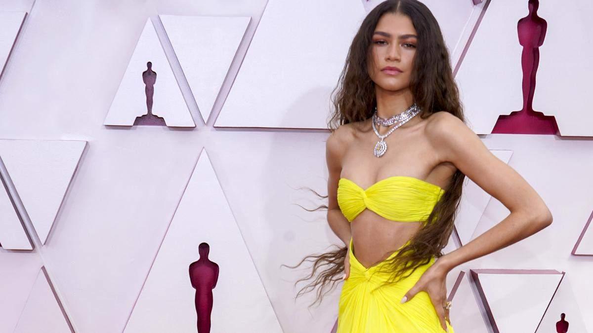 Легкие волны на волосах и эффектный макияж: как повторить бьюти-образ Зендеи на Оскар-2021