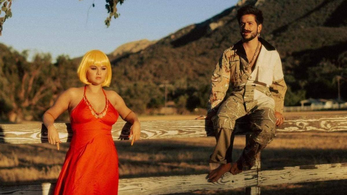 Блакитне, жовте і фіолетове: Селена Гомес вразила неоновими зачісками в новому кліпі - Краса