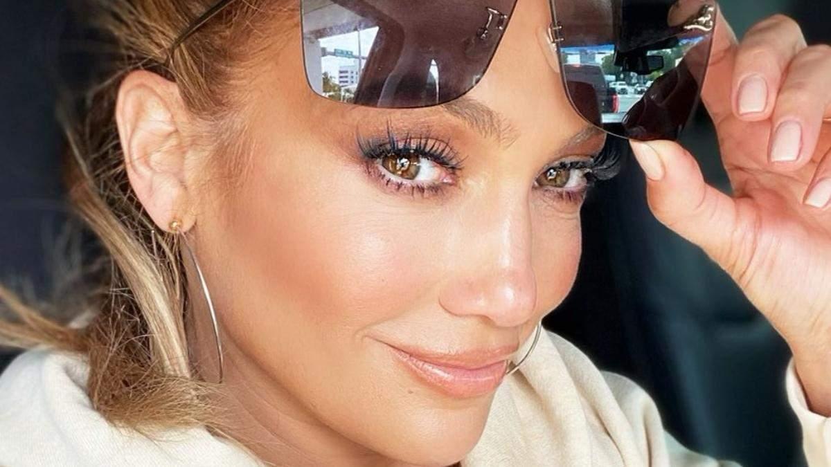 Бронзові повіки, вилиці і губи: як повторити фірмовий макіяж Дженніфер Лопес за 6 кроків - Краса