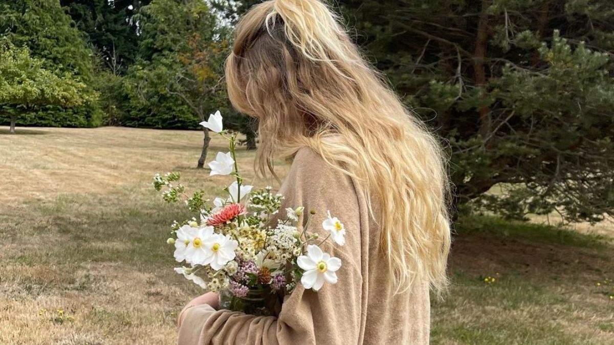 Сушите слишком мокрые и не даете остыть: 5 распространенных ошибок при укладке волос