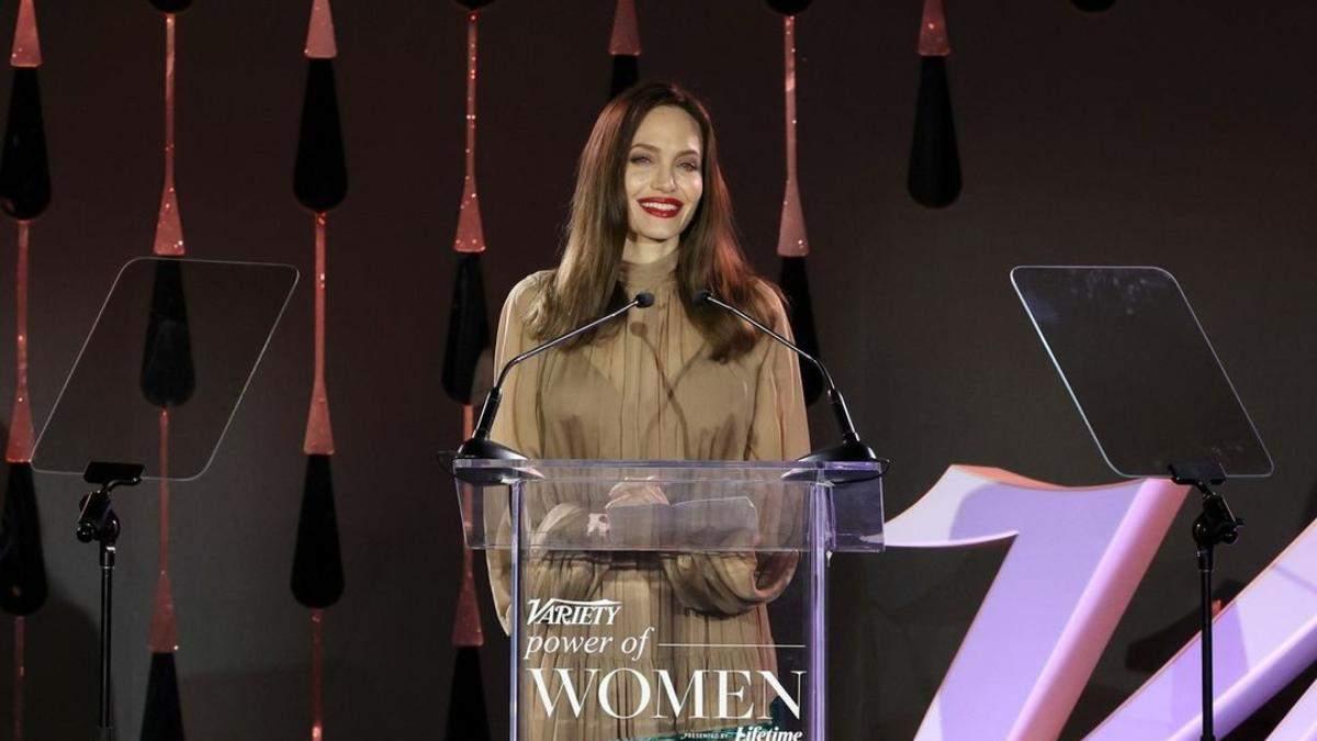Пример осени – Анджелина Джоли с насыщенными красными губами: роскошные фото