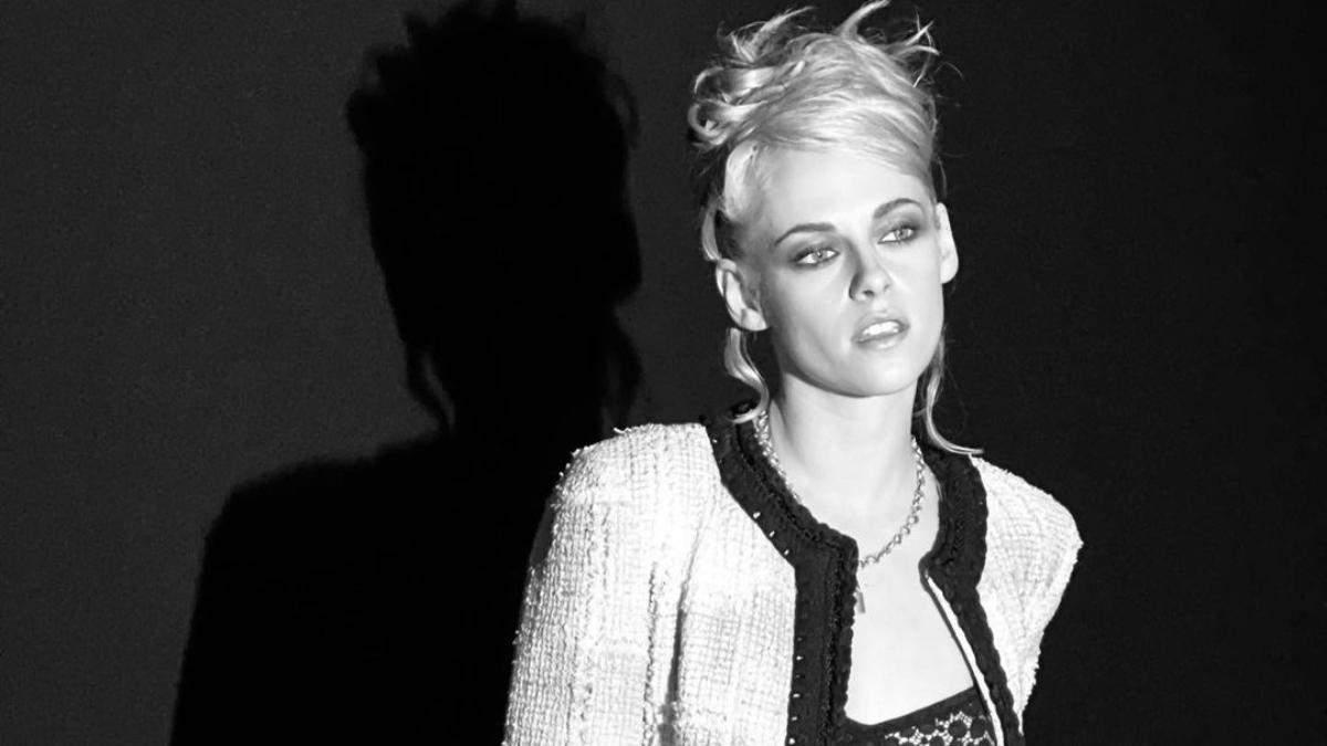 Прическа и макияж с 90-х: Кристен Стюарт поразила бьюти-образом на показе Chanel – яркие фото
