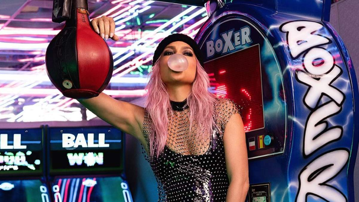 Дженнифер Лопес с розовыми волосами: звезда поразила сексуальным образом bubblegum-pink – фото