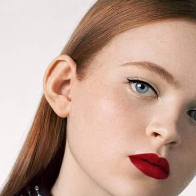 """Зірка """"Дивних див"""" Седі Сінк зачарувала стильними б'юті-образами у рекламі помад Givenchy"""