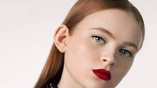 """Звезда """"Странных дел"""" Сэди Синк очаровала стильными бьюти-образами в рекламе помад Givenchy"""